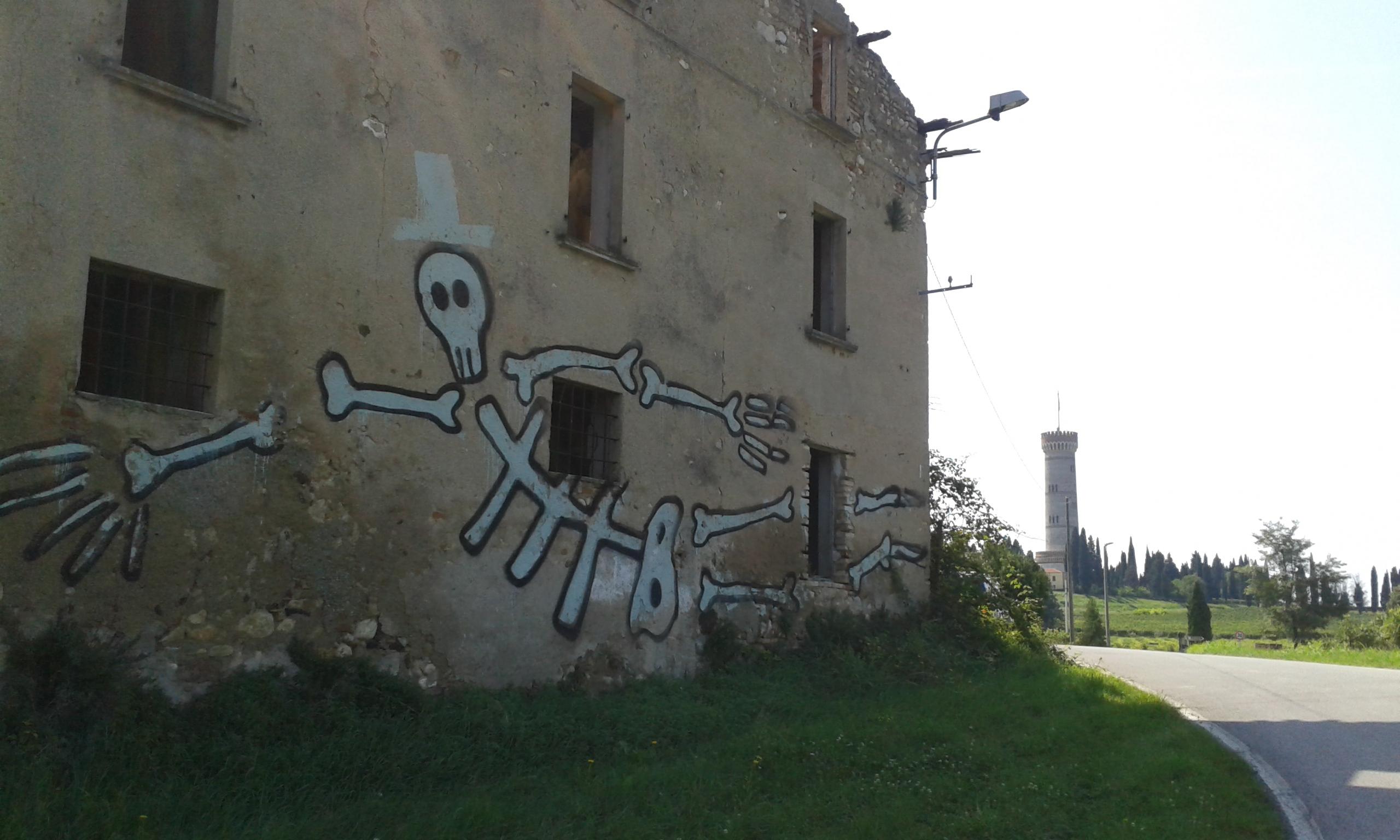 Torre con scheletro