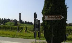 torre con vigneto e cartello