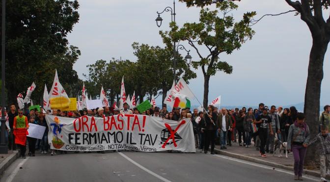 Una colorata giornata di lotta a Desenzano per dire ORA BASTA, FERMIAMO IL TAV!