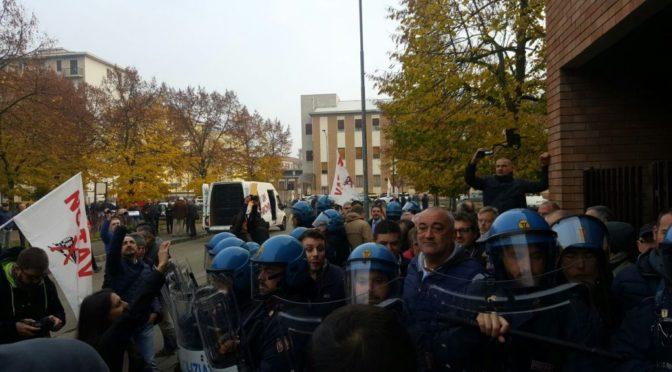 La polizia lancia i lacrimogeni in Valsusa e manganella al Terzo Valico mentre si conferma il malaffare dietro le grandi opere