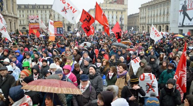 A Torino, sotto la pioggia, è un successo la manifestazione NO TAV!
